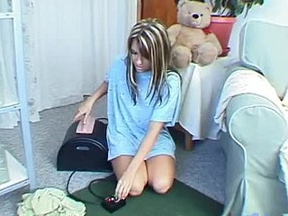 Cute teenie sluggishly riding on sybian and see her bounce