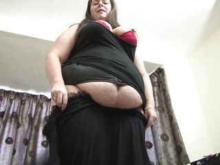 fatty mom playing with her body.