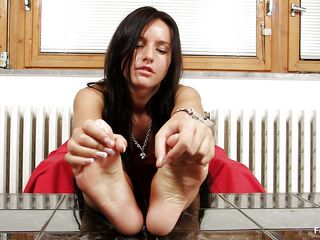 brunette milf sharon loves her feet