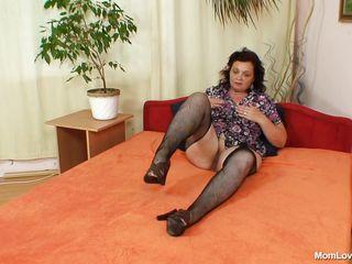 mature dark brown masturbates in the bedroom