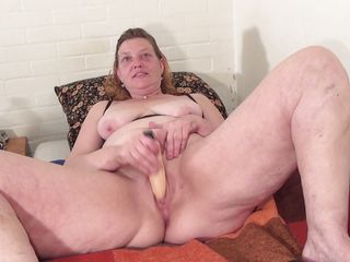 breasty mature putting a sextoy in her pussy
