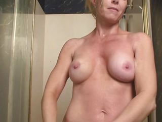 i`m a hot golden-haired mature who`s cumming