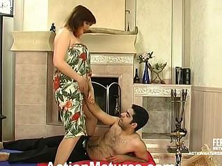 Laura&Sebastian leggy mom in act