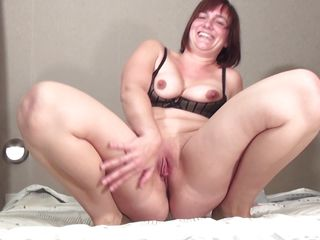 older mom caro is sucking a young cock