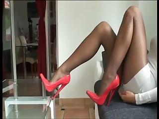 Rote Monster Heels und Nylon