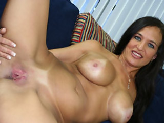 Spanish MILF Angel Caliente Spread Her Legs Apart